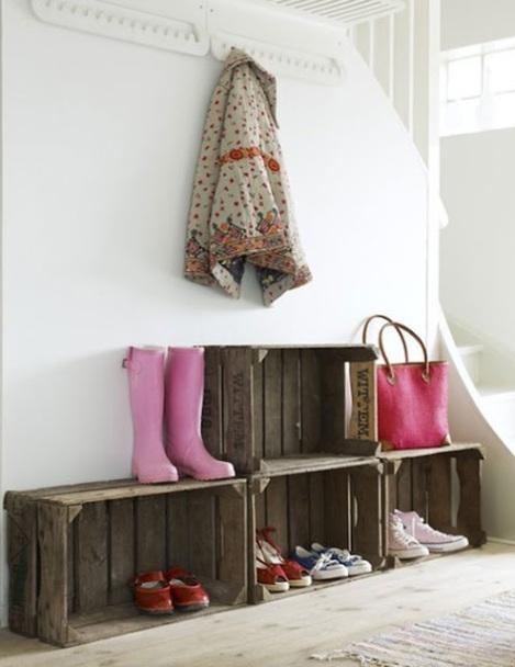 Photo: meuble pour chaussures - http://accrocherunetoile.blogspot.fr/2012/04/cagettes-palettes-une-deco-brute-de.html