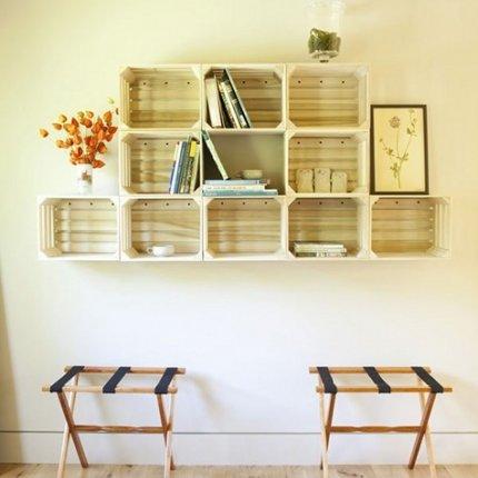Photo: meuble qui recouvre le plan d'un mur. A apprécier telle qu'une œuvre d'art ! - http://www.marieclairemaison.com/,fan-de-cagettes,200426,423902.asp#