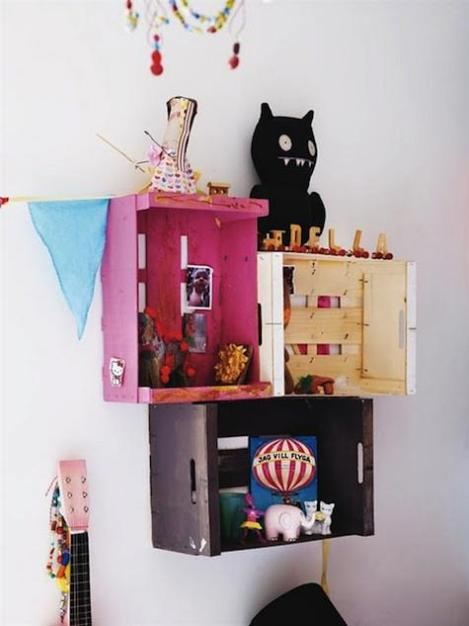 Photo: http://remodelista.com/posts/diy-instant-painted-crate-wall-shelving - Cagettes peintes et fixées au mur. Attention les cagettes sont des petits êtres fragiles, alors ne mettez pas des choses trop lourdes dedans.