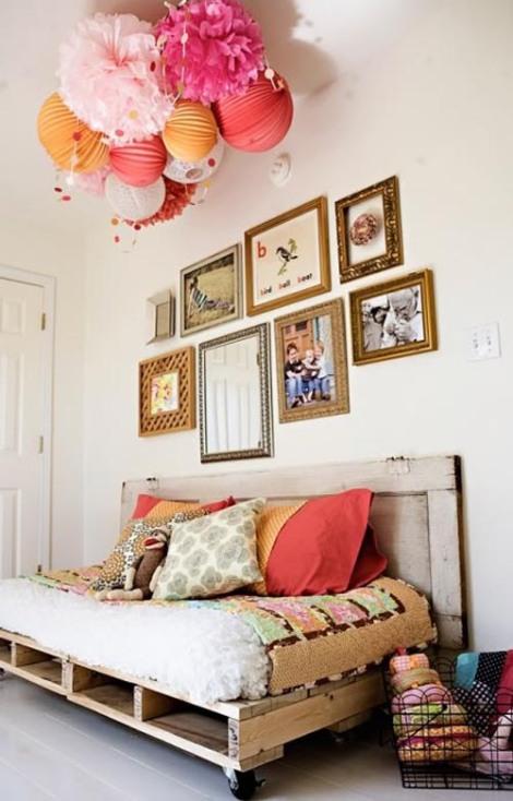 Photo: canapé/lit indoor avec palettes brutes à roulettes. Parfait pour le bouger et le changer de pièce.