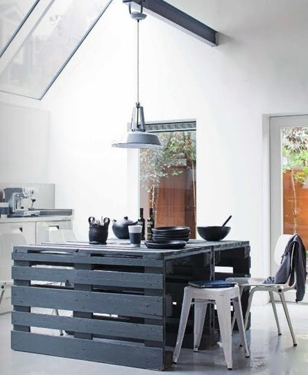 Photo: table de cuisine avec palettes peintes en gris anthracite. Donnez un effet industriel à votre cuisine! - http://homeanddelicious.blogspot.fr/2013/02/10-rooms-with-furniture-of-palettes.html