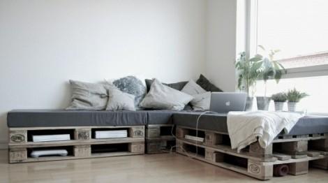Photo: canapé d'angle indoor avec palettes vieillies pour le côté Nature et Industriel - http://www.decocrush.fr/index.php/2012/06/28/palettes-idees-deco-pour-un-canape-outdoor/
