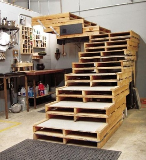 Photo: escalier avec des palettes. Insolite! - http://homeanddelicious.blogspot.fr/2013/02/10-rooms-with-furniture-of-palettes.html