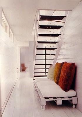 Photo: canapé indoor avec palettes peintes en blanc pour un effet contemporain et épuré - http://www.decocrush.fr/index.php/2012/06/28/palettes-idees-deco-pour-un-canape-outdoor/