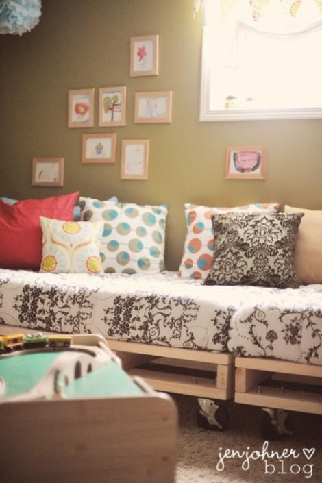 """Photo: canapé indoor avec palettes brutes """"neuves"""" pour un effet contemporain - http://www.decocrush.fr/index.php/2012/06/28/palettes-idees-deco-pour-un-canape-outdoor/"""