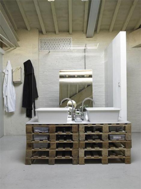 Photo: meuble de salle de bain avec pleins de rangements! Trop bien! http://homeanddelicious.blogspot.fr/2013/02/10-rooms-with-furniture-of-palettes.html
