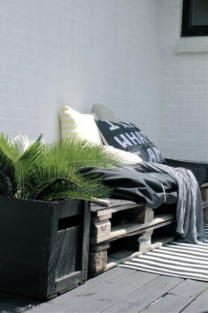 Photo: canapé/fauteuil outdoor pour faire bronzette après un petit saut dans la piscine - http://www.decocrush.fr/index.php/2012/06/28/palettes-idees-deco-pour-un-canape-outdoor/