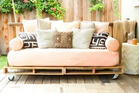 Photo: canapé outdoor bois sur bois avec le sol boisé et le pan de mur boisé! Effet garanti! - http://www.decocrush.fr/index.php/2012/06/28/palettes-idees-deco-pour-un-canape-outdoor/