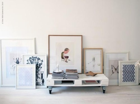 Photo: console TV ou table basse. Parfait pour ranger mes babioles et mes magazines! - http://homeanddelicious.blogspot.fr/2013/02/10-rooms-with-furniture-of-palettes.html