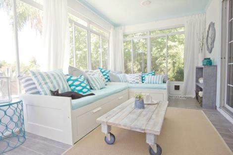 Photo: table basse avec une palette patinée. Donnez un air de bord de mer à votre salon - http://www.decocrush.fr/index.php/2012/05/30/diy-creer-facilement-une-jolie-table-dappoint/