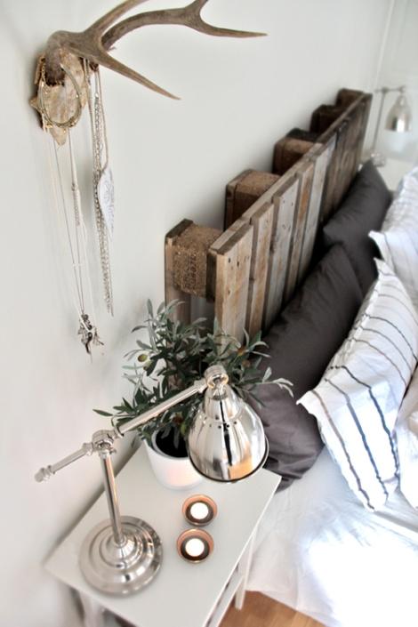 Photo: tête de lit - http://www.hellocoton.fr/to/ofcs#http://juliaetsespirates.blogspot.com/2012/06/palettes-cagettes-bois-flottes-le.html