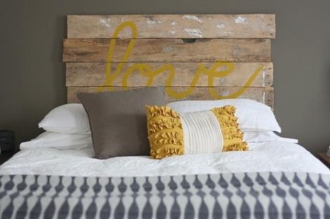 """Photo: tête de lit """"Love"""" pour le côté romantique... trop sweet! - http://www.hellocoton.fr/to/ofcs#http://juliaetsespirates.blogspot.com/2012/06/palettes-cagettes-bois-flottes-le.html"""