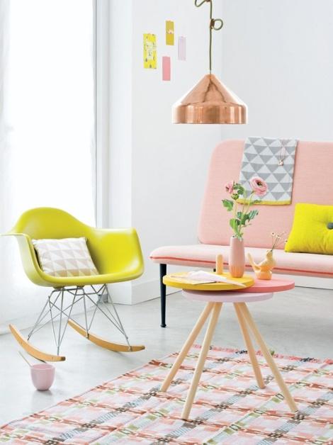 Univers rose et jaune, avec fauteuil à bascule EAMES - www.101woonideeen.nl