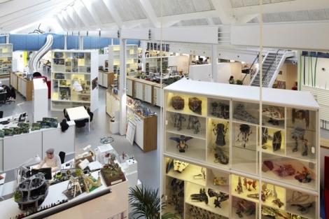 Espace de travail séparé par de grands meubles 2)