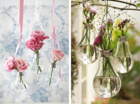 Vases ampoules à suspendre + fleurs fraîchement achetées chez le fleuriste. Je vous conseille de peindre le culot des ampoules pour y apporter la petite touche colorée! Idée DIY trouvée sur: http://ideasmag.co.za/craft-decor/light-bulb-vase/